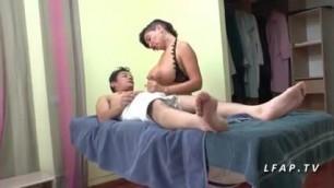 Maman cougar aux gros seins enseigne le cul a 2 jeunes